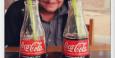 Glücklich mit Coca Cola